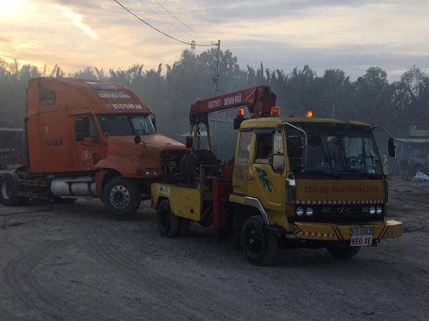 Cứu hộ kịp thời kéo các xe ra khỏi biển lửa đến chỗ an toàn