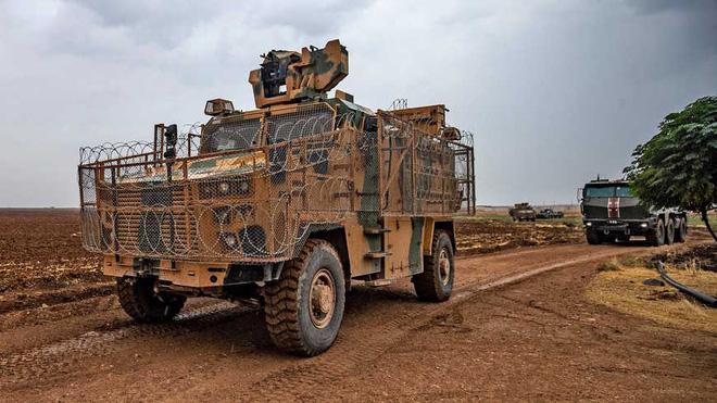 Một bức ảnh cho thấy cuộc tuần tra quân sự của quân cảnh Nga và Thổ Nhĩ Kỳ gần thị trấn Darbasiyah, đông bắc Syria vào tháng 11/2020 (Ảnh: al-Monitor/AFP/Getty Images).