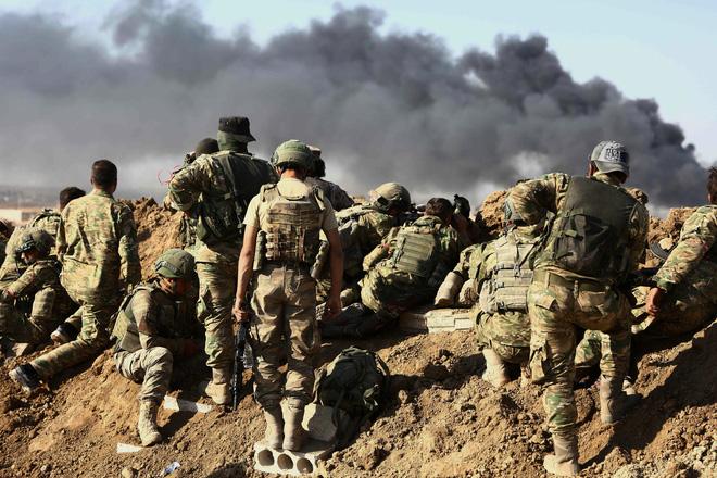 Lính Thổ và phiến quân SNA quan sát hoạt động pháo kích vào các vị trí của lực lượng người Kurd ở đông bắc Syria trước khi xung phong trong Chiến dịch Mùa xuân Hòa bình năm 2019.