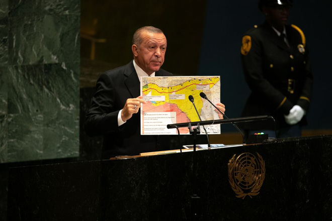 Tổng thống Thổ Nhĩ Kỳ Recep Tayyip Erdogan trình bày một bản đồ về 'khu vực an toàn' ở miền bắc Syria trước Liên Hiệp Quốc vào năm 2019.