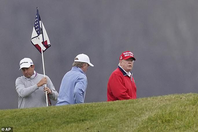 Tổng thống Trump chơi golf trong lễ Tạ ơn. Ảnh: AP