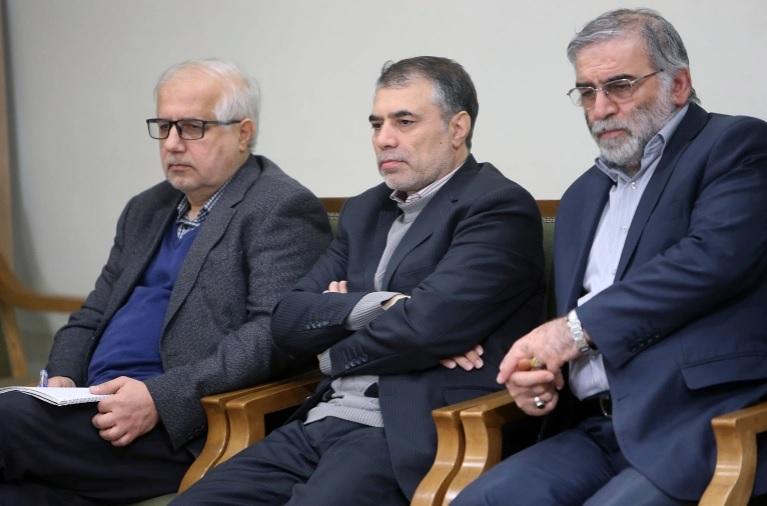 Mohsen Fakhrizadeh (phải) ngồi cùng hai người đàn ông chưa xác định danh tính trong cuộc họp với Lãnh tụ Tối cao Ayatollah Ali Khamenei ở Thủ đô Tehran, Iran ngày 23/1/2019. Ảnh: AP