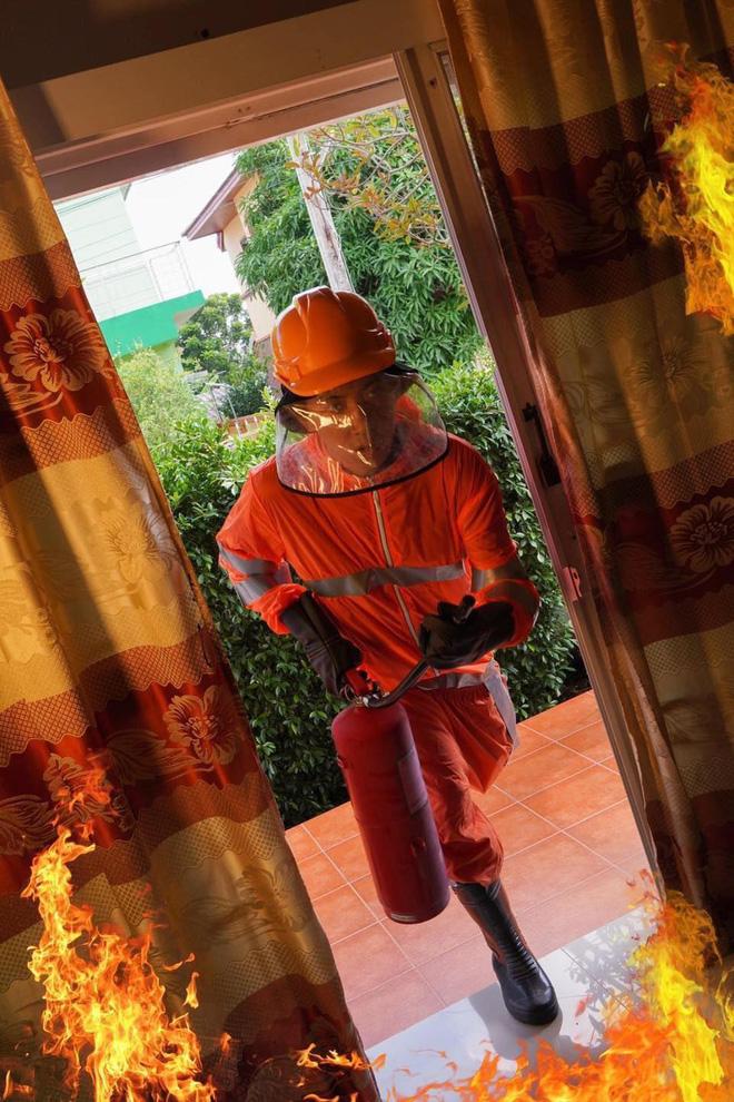 'Con trai tôi vẫn còn kẹt trong nhà', và anh cứu hoả lao vào đám lửa không chút do dự