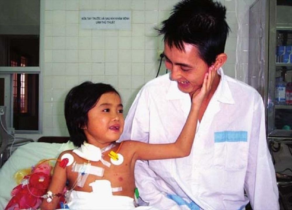 Diệp và bố sau ca ghép gan lịch sử tháng 1/2004 - Ảnh: NVCC