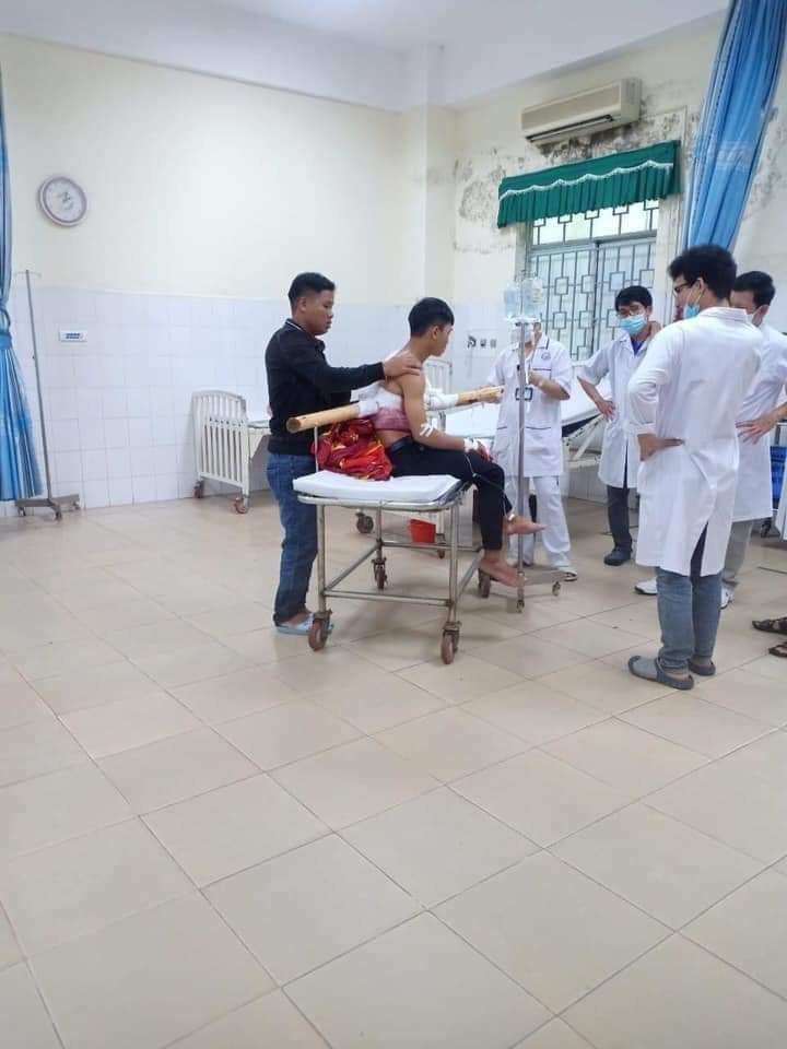 Nam thanh niên bị đoạn cây keo đâm xuyên thấu người được đưa đi cấp cứu