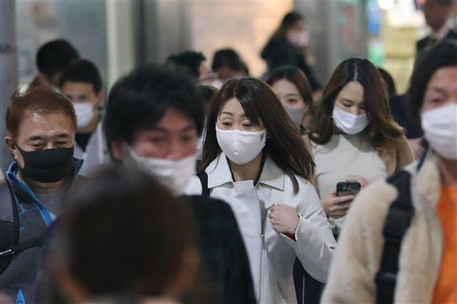 Người dân đeo khẩu trang phòng lây nhiễm COVID-19 tại Tokyo, Nhật Bản, ngày 30/10/2020. Ảnh: THX/TTXVN