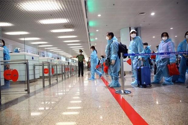 Hành khách đợi làm thủ tục nhập cảnh vào Việt Nam. (Ảnh: Huy Hùng/TTXVN)