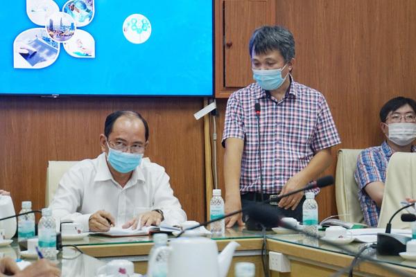 Ông Phan Thanh Tâm, Phó giám đốc Trung tâm Kiểm soát Bệnh tật TP.HCM báo cáo tình hình dịch bệnh tại buổi họp. Ảnh: Như Sỹ