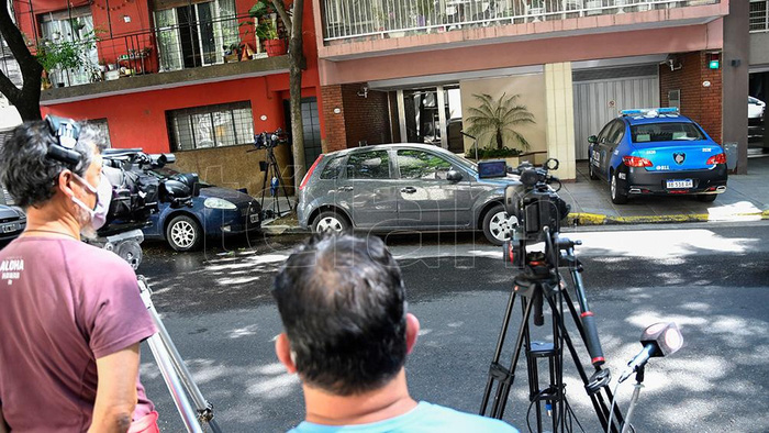 Báo chí đưa tin, ghi hình tại nhà riêng của Augustina.