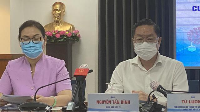 Ông Nguyễn Tấn Bỉnh - Giám đốc Sở Y tế TP.HCM và bà Lê Thị Thanh Thảo - Chủ tịch UBND Quận 6 tại cuộc họp báo thông tin về ca mắc COVID-19 tại TP.HCM.