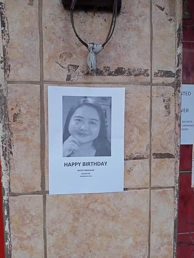 Có lẽ những người đi đường nhìn thấy sẽ phải bật cười và cũng âm thầm chúc mừng sinh nhật cô gái này theo cách đặc biệt nhất!