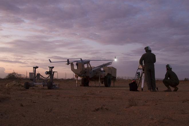 Các kỹ thuật viên của MAWTS-1 khai hỏa thử nghiệm máy bay không người lái (UAV) RQ-21 vào tháng 9/2019 (Ảnh: dvidshub.net).