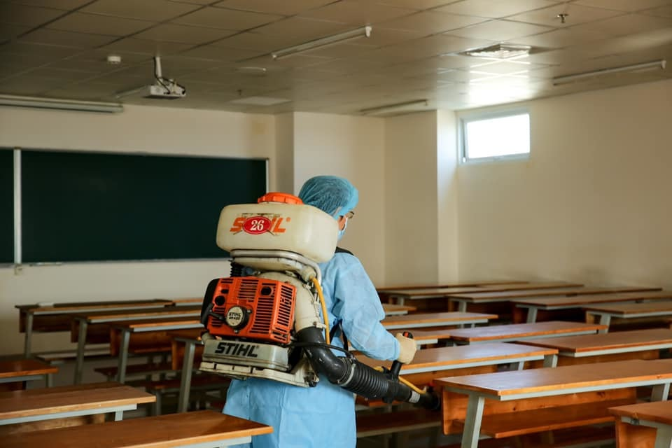 Phun khử khuẩn tại các phòng học