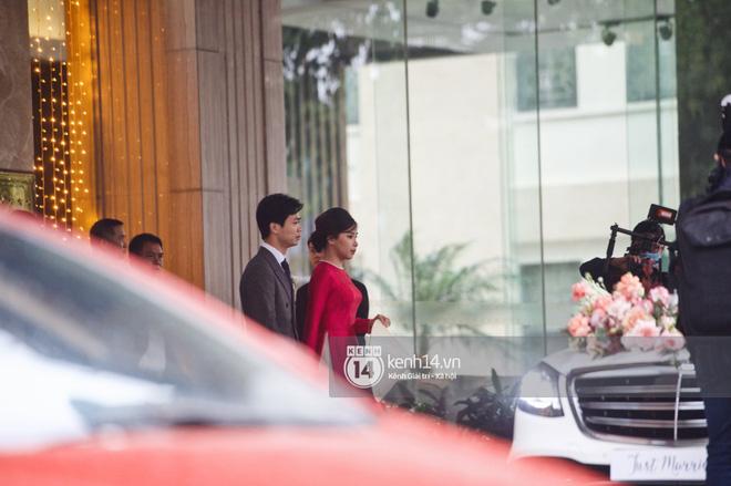 Hôm nay, Viên Minh chọn chiếc áo dài hồng nổi bật