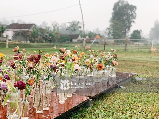 Công Phượng và Viên Minh dùng nhiều hoa tươi, trang trí trên sân vận động rộng 1400m2