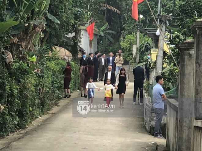 Họ hàng và hàng xóm nhà chú rể đã lên đồ đi ăn cưới