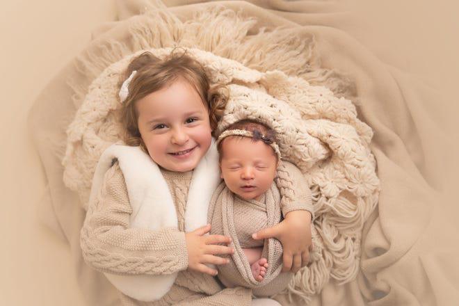 Emma Wren Gibson và Molly Everette Gibson - cả hai em đều chào đời từ quá trình hiến tặng và nhận phôi thai. (Ảnh: Haleigh Crabtree Photography)