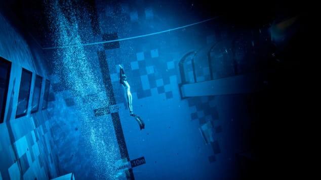 Các thợ lặn tham gia tại bể bơi sâu nhất thế giới vừa khai trương ở Ba Lan vào tháng trước