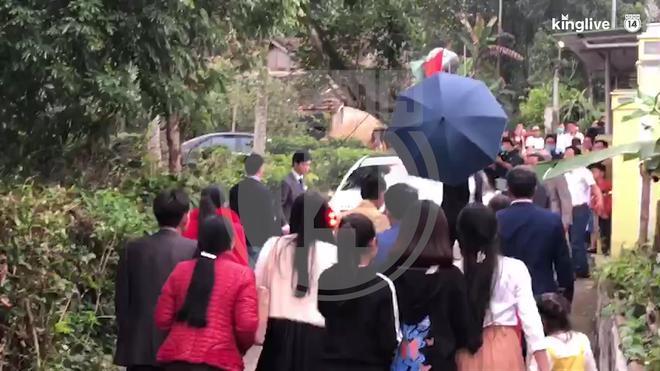 Họ hàng có mặt rất đông, xóm làng nhà Công Phượng vui như Tết
