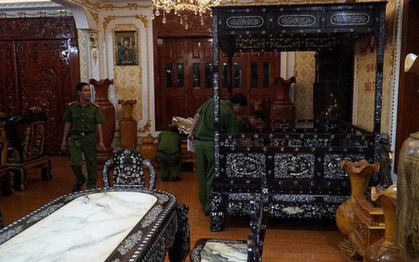 Cảnh sát khám nhà của ông Lê Thái Thiện. Ảnh: VnExpress