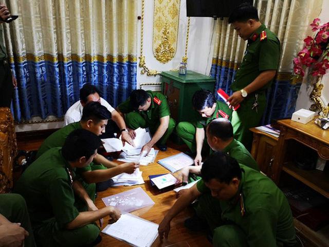 Công an tỉnh Bà Rịa - Vũng Tàu tiến hành thu giữ nhiều tài liệu. Ảnh: VTC News