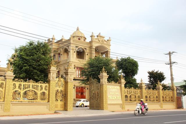 Biệt thự Thiện Soi nguy nga nằm trên quốc lộ 5, đoạn qua thị xã Phú Mỹ.
