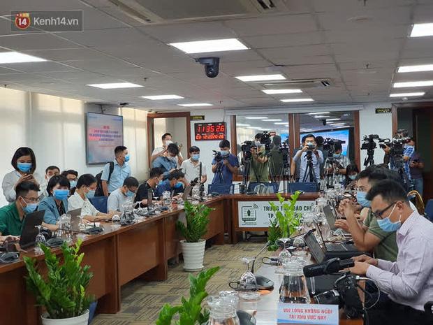Rất đông phóng viên các báo đài đã có mặt, chờ đưa tin