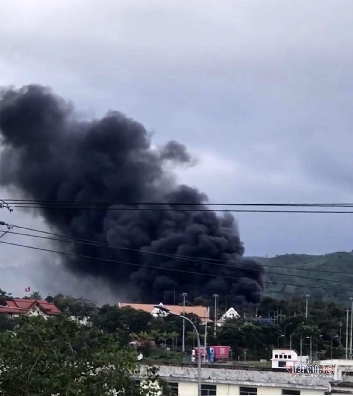 Cột khói khổng lồ nhìn từ xa