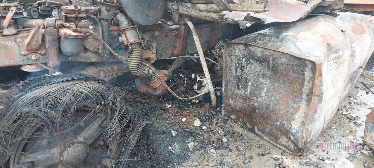 Thùng chiếc xe chở đá thạch cao gây cháy nổ