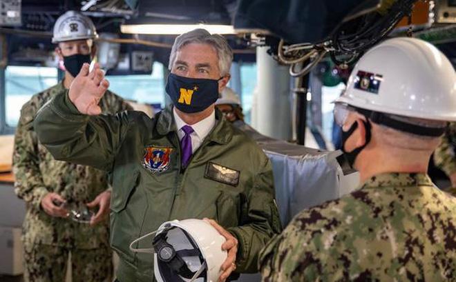 Bộ trưởng Hải quân Mỹ Kenneth Braithwaite (ở giữa) trên tàu khu trục tên lửa dẫn đường USS Milius. (Ảnh: Hải quân Mỹ)
