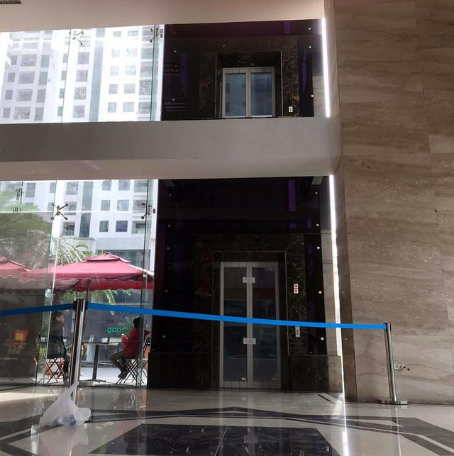 Tầng 2 không hề có lan can nên đã khiến ông C. bị ngã xuống sau khi bước ra từ trong thang máy.