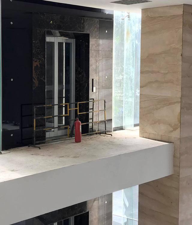Cửa thang máy tầng 2.