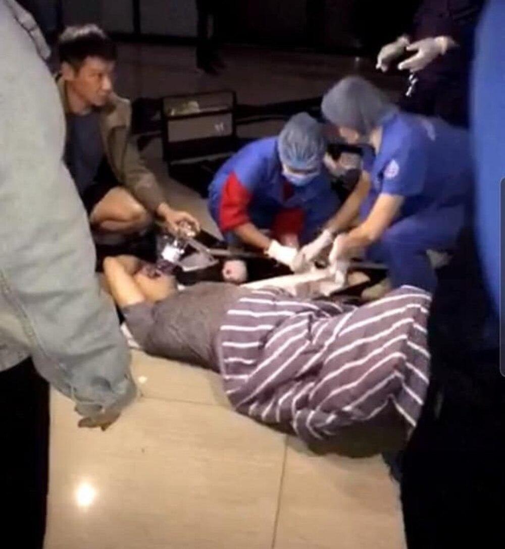 Nhân viên y tế sơ cứu cho nạn nhân.