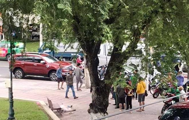 Nhiều người dân hiếu kỳ đến công viên tìm hiểu vụ việc