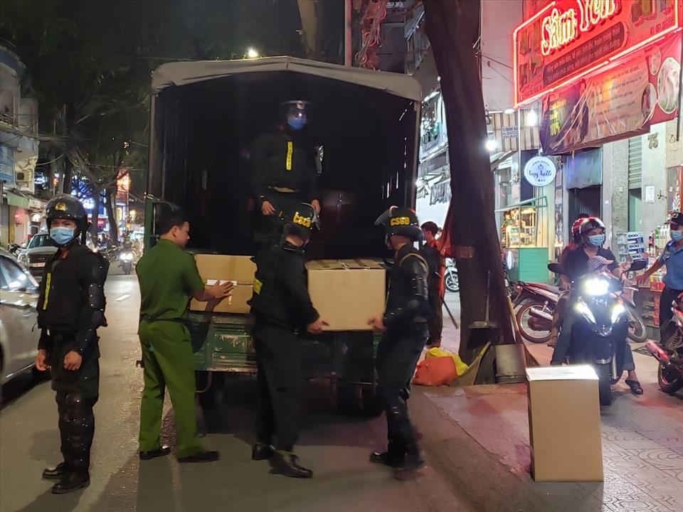 Các thùng thuốc được đưa về trụ sở công an. Ảnh: Lao động
