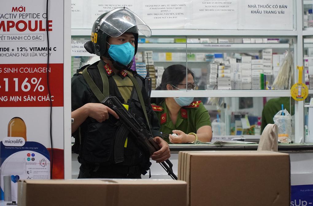 Cảnh sát cơ động bảo vệ bên ngoài nhà thuốc. Ảnh: VnExpress