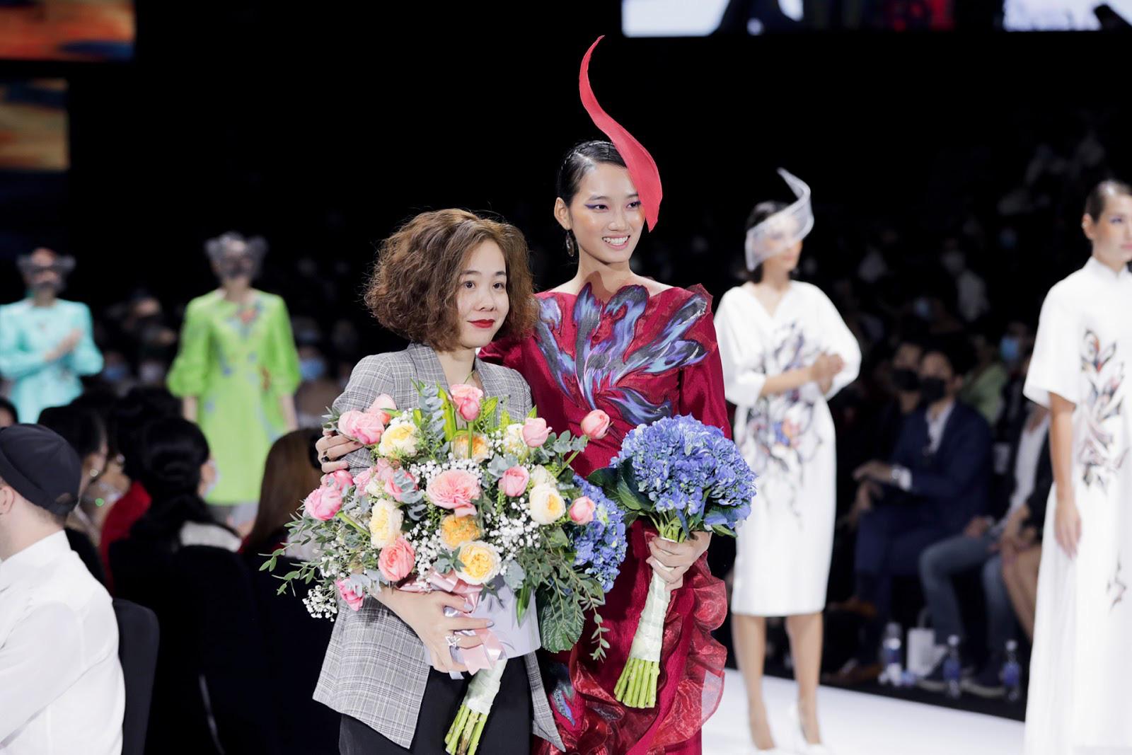 'Nàng thơ' Quỳnh Anh The Face và Tiny Ink Hoàng Quyên đã 'chiêu đãi' công chúng một 'bữa tiệc thời trang' bắt mắt, khẳng định tên tuổi của một trong những nhà thiết kế hàng đầu Việt Nam