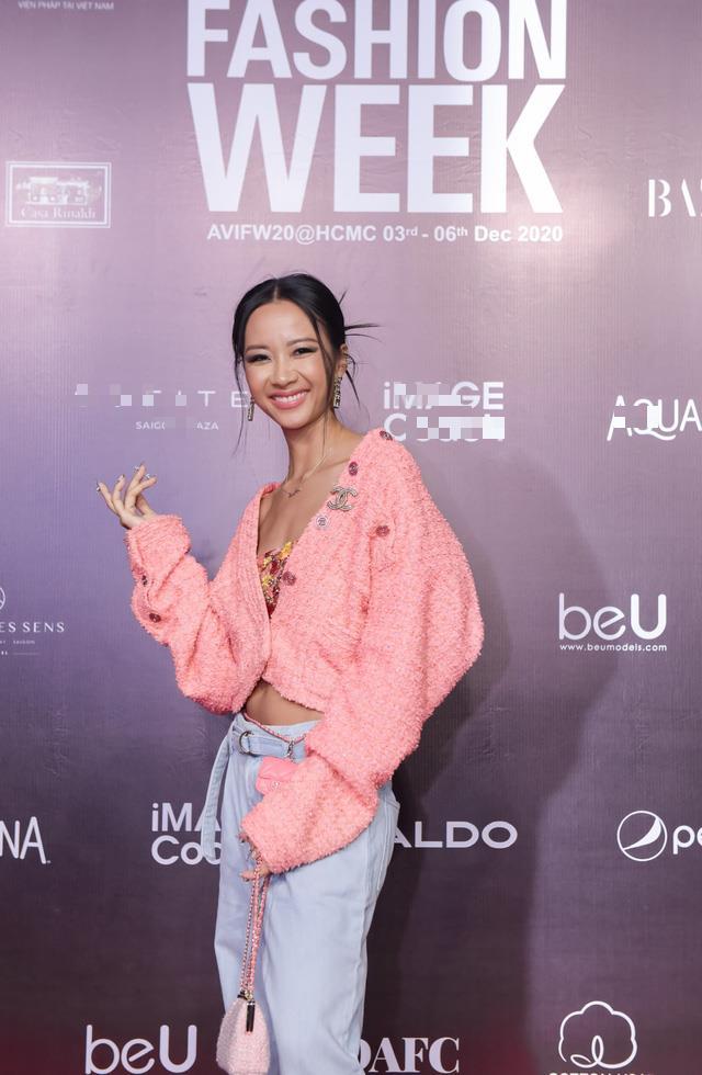Chiếc áo khoác tweed hồng mang đậm hơi thở Chanel chính là điểm nhấn đắt giá giúp cô nàng Suboi toát lên phong cách cá tính nhưng cũng không kém phần gợi cảm