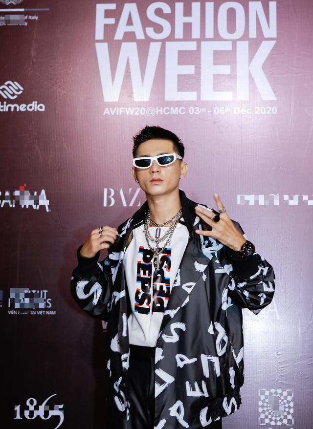 Rapper Lăng LD cũng cool ngầu không kém với bộ suit đen cực ngầu