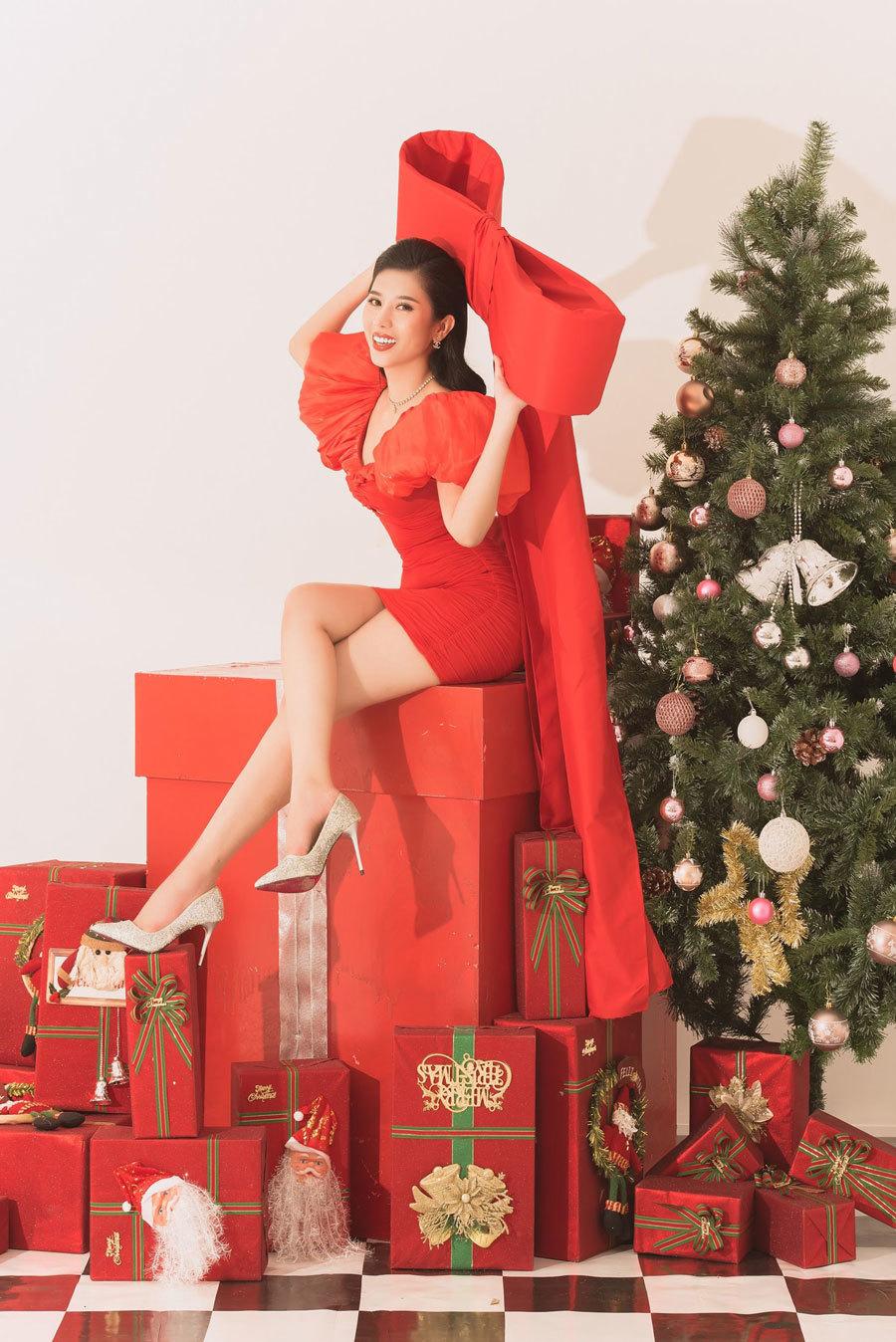 Tổng thể của bộ ảnh truyền tải không khí của mùa lễ hội với cây thông Noel, những hộp quà xinh xắn. Chính lợi thế là diễn xuất và tạo dáng nên việc thực hiện bộ ảnh không khó đối với nàng hậu.