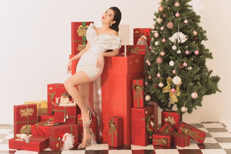 Dương Yến Nhung mong các bạn trẻ, dù bận rộn đến mấy cũng nên tranh thủ về nhà nhân ngày Giáng sinh để cảm nhận được không khí gia đình cận kề Tết nguyên đán.