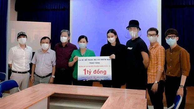 Cô trực tiếp có mặt tại Sở Y tế để trao tặng số tiền mà cá nhân và bạn bè gửi.
