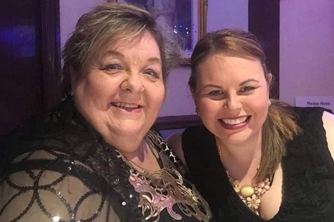 Bà Susan Nelson và con gái Amanda, cả 2 đều bị nhiễm bệnh sau khi đi dự đám tang của một người họ hàng mắc Covid-19.