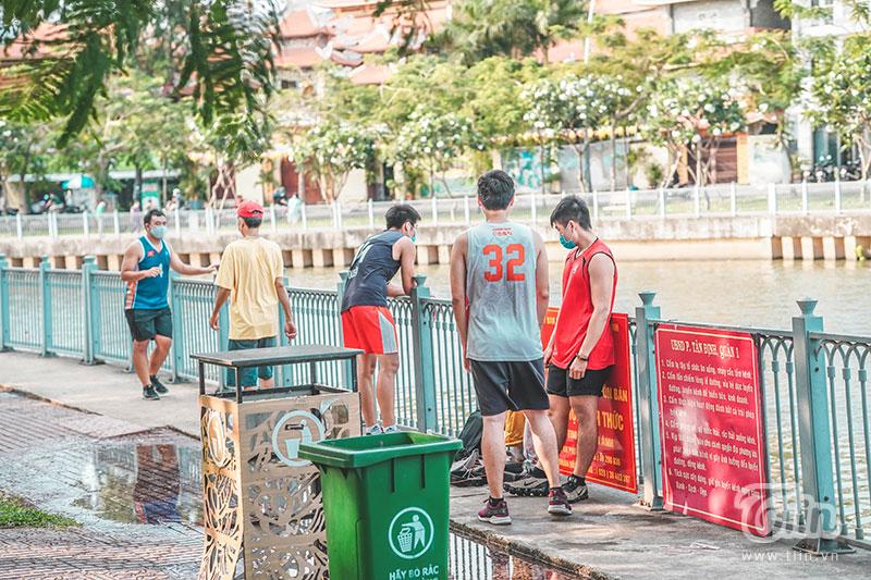 Tình trạng tụ tập đám đông xảy ra ởnhiều địa điểm công cộng trong thành phố.