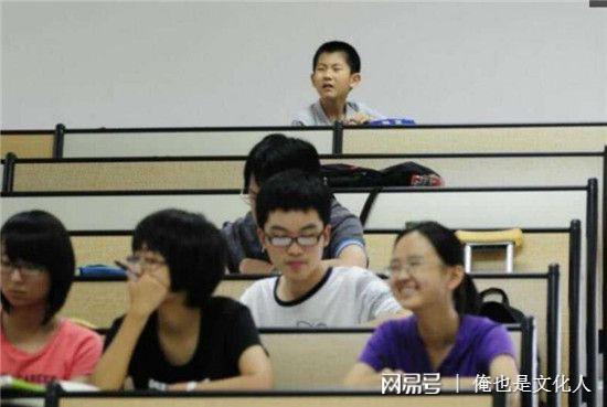 Cậu bé bị xếp ngồi cuối giảng đường vì thường xuyên nghịch ngợm và trêu các anh chị sinh viên trong lớp.