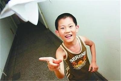 Không thích nghi được với môi trường đại học, cậu bé Tô Lưu Dật phải nghỉ học tạm thời.