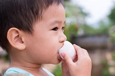 Trẻ trên 1 tuổi có thể ăn cả quả trứng (Ảnh minh họa).