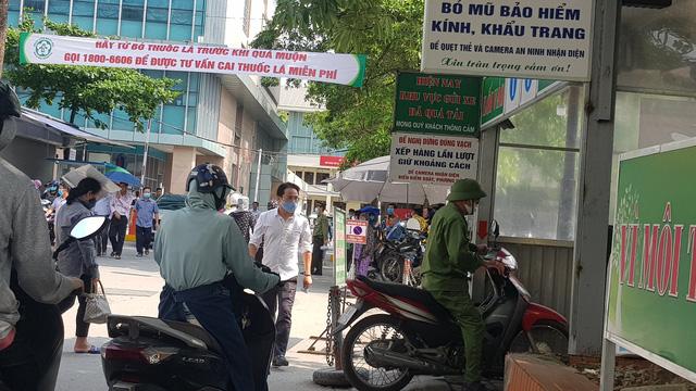 Hiện Bệnh viện Bạch Mai chỉ duy trì một bãi đỗ xe máy ở trước khu nhà Khoa Thần kinh, Viện Sức khoẻ tâm thần. Đơn vị trông giữ xe máy giải thể và sáp nhập với phòng bảo vệ an ninh trật tự của bệnh viện.