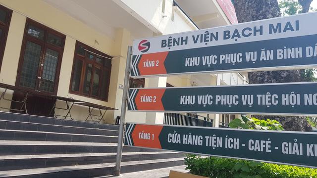 Nhà ăn Bệnh viện Bạch Mai hiện đã đóng cửa. Các bệnh nhân được cung cấp suất ăn ngay tại buồng bệnh. Người nhà sẽ phải tự túc lo ăn uống ở các cửa hàng ăn ngoài bệnh viện.