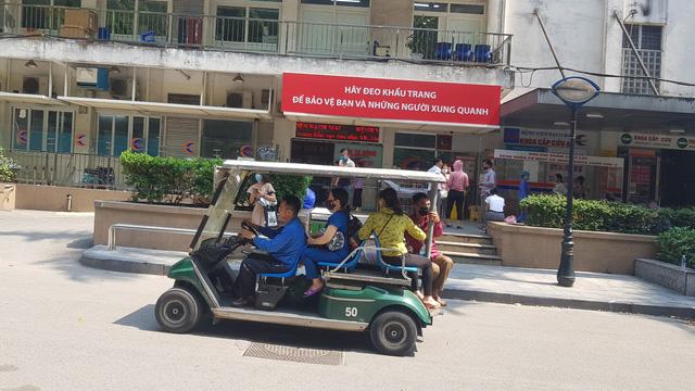 Liên quan đến vấn đề thu tiền của bệnh nhân khi vận chuyển nội viện, đại diện Bệnh viện Bạch Mai nói rõ: 'Hiện bệnh viện không có chủ trương thu tiền vận chuyển của bệnh nhân trong khuôn viên bệnh viện'.